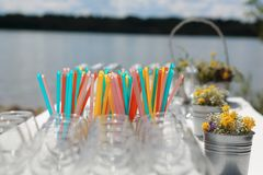 Exponeringsglas av champagne på tabellen Arkivfoto