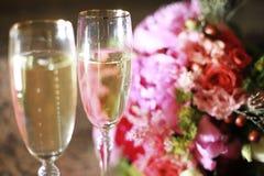 Exponeringsglas av champagne på tabellen Arkivfoton