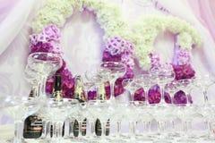 Exponeringsglas av champagne på tabellen Arkivbilder