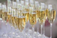 Exponeringsglas av champagne på tabellen Royaltyfri Foto