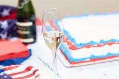 Exponeringsglas av champagne på tabellen på valet samlar Arkivbild