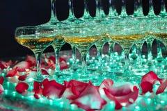 Exponeringsglas av champagne Pyramid av vinglas arkivfoto