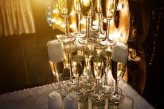 Exponeringsglas av champagne som göras i en pyramid för händelseparti- eller bröllopceremoni Royaltyfria Bilder