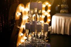 Exponeringsglas av champagne som göras i en pyramid för händelseparti- eller bröllopceremoni Royaltyfri Fotografi
