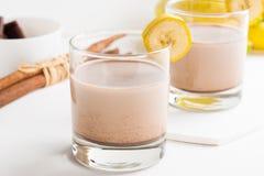 Exponeringsglas av chokladmilkshake royaltyfri foto