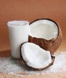 Exponeringsglas av cocoen mjölkar med kokosnöten Royaltyfri Bild