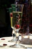 Exponeringsglas av coctailar med körsbär Arkivbilder