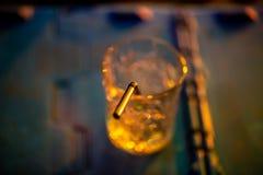 Exponeringsglas av coctailen i abstrakta ljus arkivbild