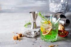Exponeringsglas av coctailgräsplanfen med citronen och absint Royaltyfri Fotografi