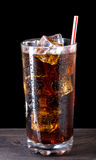Exponeringsglas av cola med is Arkivbild