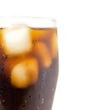 Exponeringsglas av cola med iskuber stänger sig upp makro som isoleras på vit Royaltyfri Bild