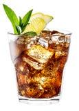 Exponeringsglas av cola med is, mintkaramellen och citronen som isoleras på vit. Clippi Royaltyfria Foton