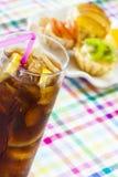 Exponeringsglas av cola med is och limefrukt arkivfoto