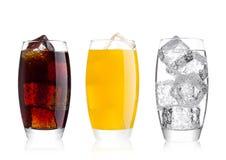 Exponeringsglas av cola och drink och lemonad för orange sodavatten arkivbild