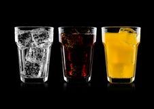Exponeringsglas av cola och drink och lemonad för orange sodavatten arkivbilder