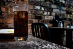 Exponeringsglas av cola p? en irl?ndsk bar royaltyfria foton
