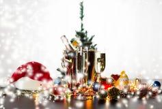 Exponeringsglas av dekorerade Champagne och jul Arkivfoto