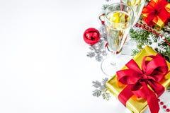 Exponeringsglas av den bästa sikten för champagne och för julprydnader Royaltyfri Bild