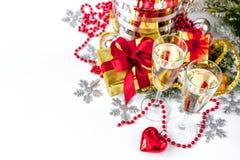Exponeringsglas av den bästa sikten för champagne och för julprydnader Arkivfoton