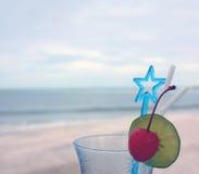 Exponeringsglas av den med is drycken på stranden royaltyfria foton