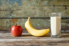 Exponeringsglas av den nya smoothien med ingredienser omkring Arkivbilder
