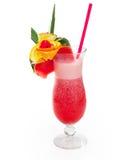Exponeringsglas av den röda alkoholdrycken med ananas, vattenmelon, körsbäret, apelsinen och is Royaltyfri Foto