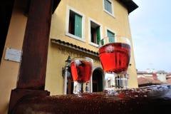 Exponeringsglas av den röda alkoholdrycken som vilar på trä Arkivbild