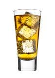 Exponeringsglas av energidrinken med bubblor och iskuber Royaltyfri Fotografi