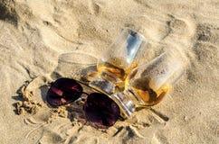 Exponeringsglas av enkel malt för whisky på sandstranden, ett exponeringsglas av tasti Royaltyfri Bild
