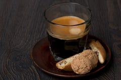 Exponeringsglas av espresso-, biscotti- och mandelkakor royaltyfria foton