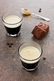 Exponeringsglas av espresso med chokladkakan Arkivbild