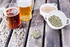 Exponeringsglas av ett smakligt hem- gjort öl på tabellen arkivbilder
