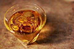 Exponeringsglas av fin whisky på vaggar Royaltyfria Foton