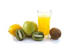 Exponeringsglas av fruktsaft och frukt Arkivfoto