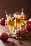 Exponeringsglas av funderad äppelcider med apelsinen och kryddor, vinterdrink arkivbild
