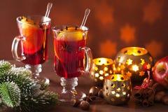Exponeringsglas av funderat vin med apelsinen och kryddor, juldecoratio Royaltyfri Foto