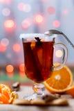 Exponeringsglas av funderat vin med kanel- och anisstjärnan Arkivfoton