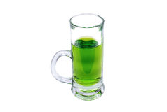 Exponeringsglas av grön absint på vit Royaltyfri Bild