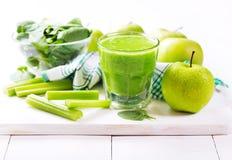 Exponeringsglas av grön fruktsaft med äpplet och spenat Fotografering för Bildbyråer