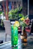 Exponeringsglas av grön uppfriskande lemonad med limefrukt överst Bali ö Arkivbilder