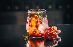 Exponeringsglas av granatäpple och orange fruktsaft Arkivbilder