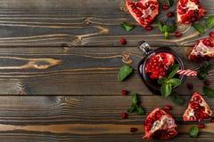 Exponeringsglas av granatäpplefruktsaft med den nya granatäpplet bär frukt Arkivfoton