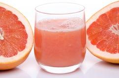 Exponeringsglas av grapefruktfruktsaft med den nya grapefrukten Arkivbilder