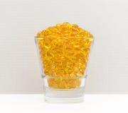 Exponeringsglas av gula preventivpillerar arkivbild