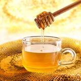 Exponeringsglas av honung och honungskakan Royaltyfri Fotografi