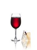 Exponeringsglas av isolerade vin och ost Royaltyfri Foto