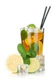 Exponeringsglas av istea med citronen, limefrukt och minten royaltyfri bild