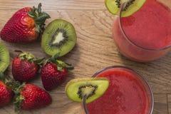 Exponeringsglas av jordgubbefruktsaft med kiwin Royaltyfria Bilder