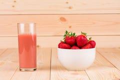 Exponeringsglas av jordgubbesmoothien Royaltyfria Bilder
