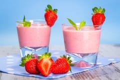 Exponeringsglas av jordgubbesmoothien Arkivfoton
